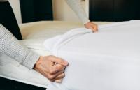 Udělejte z postele o něco zdravější místo. Použijte matracový chránič